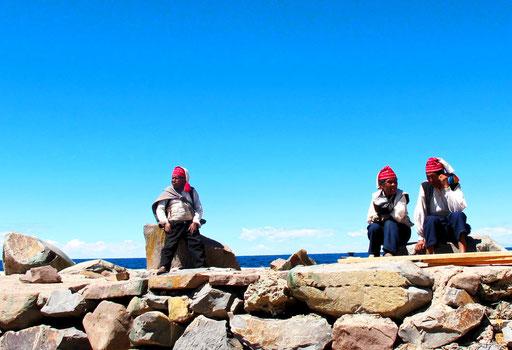 von den Fischern der Tahir-Insel werden wir stumm empfangen