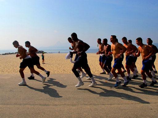 militärisch diszipliniert startete diese Gruppe ihr Lauf-Programm