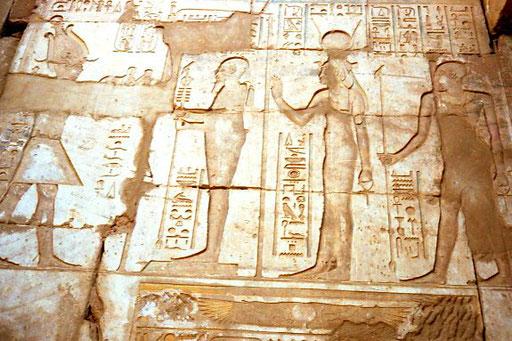 Reliefs an den mächtigen Säulen