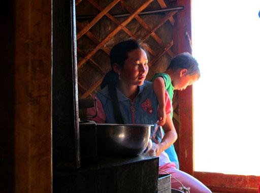 die Haustochter Malika mit ihrem Sohn Khan
