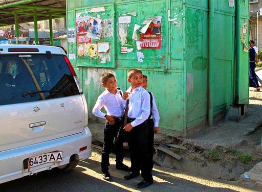 sie warteten auf den Schul-Bus