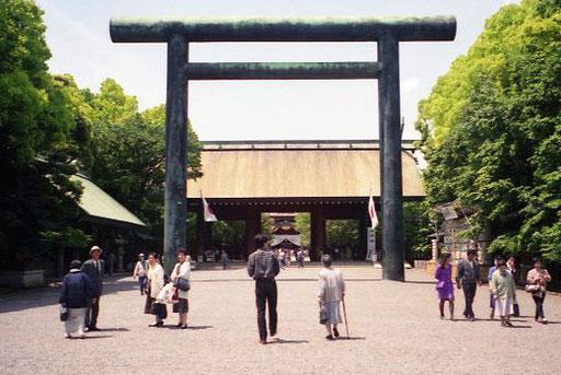 monumentales Torii am Beginn der Zugangs-Allee