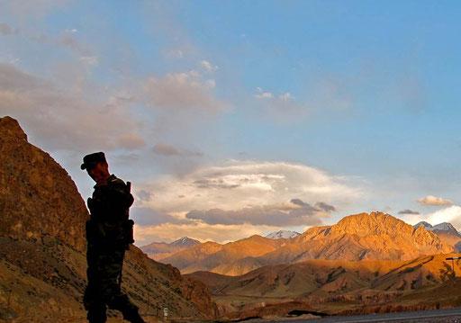 ein kirgisische Grenz-Soldat der nicht photographiert werden wollte - schade, es war ein einmaliges Motiv