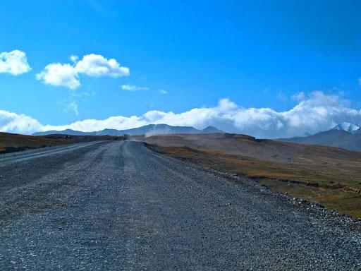 viele Kilometer lang nur ein rohplanierter Streckenabschnitt