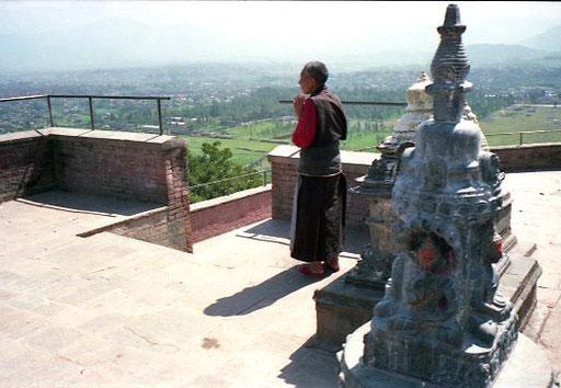 ein buddhistischer Mönch im Gebet