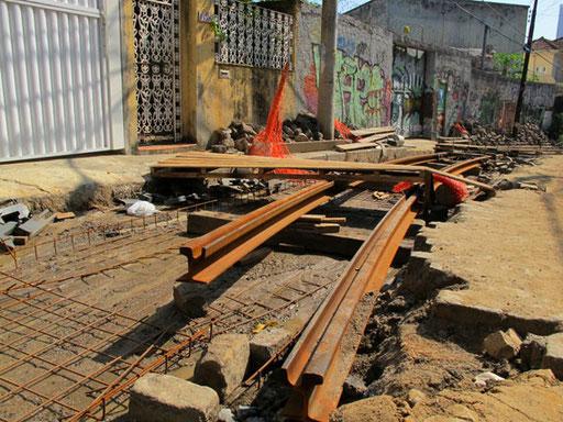neue Schienen auf betoniertem Untergrund