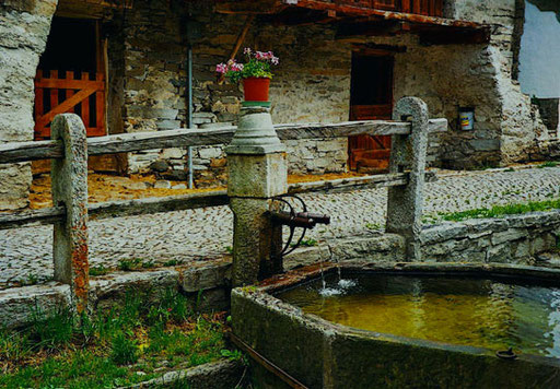 der öffentliche Brunnen- und Wasserplatz in Soglio