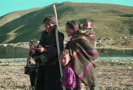 Mutter und Tochter unterwegs mit drei Enkel-Kinder