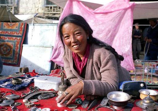 ein grosses Angebot an alten tibetischen Silberarbeiten
