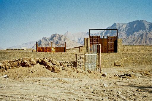 Drei Tore vor der Landschaft