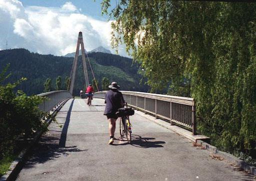 im Westen von Innsbruck - bei Völs  überquerten wieder den Inn