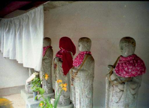 ein geschmückter Schrein unterhalb des Klosters