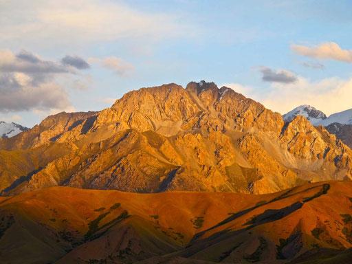 die Abendsonne liess das Tia-Shan-Gebirge  für Minuten in einem Ideal-Licht erstrahlen