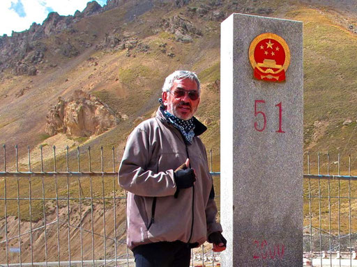 dann war es geschafft - die Pass-Stehle des Torugart-Passes 3.752 m hoch war erreicht