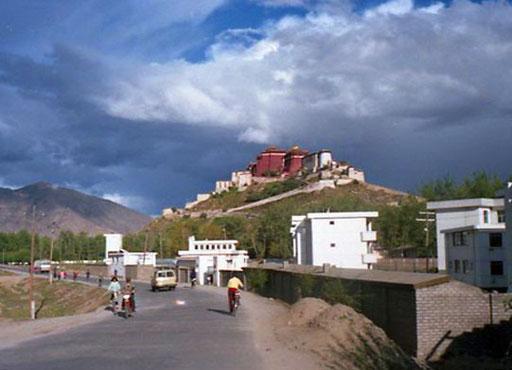 Lhasa - die Hauptstadt Tibets erreichten wir am späten Nachmittag