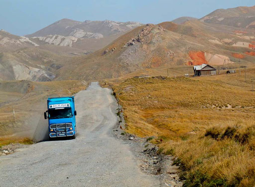 die steileren Passagen am Torugart-Pass, waren wegen der tiefen Fahr-Rillen schwer zu radeln