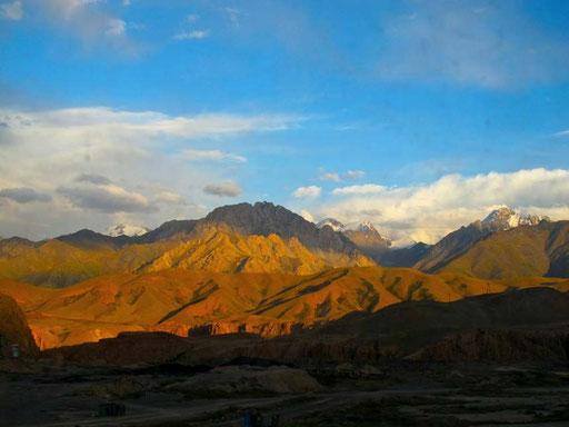 die Berg-Silouetten des Tia-Shan Gebirge im leuchtenden Licht des späten Nachmittags