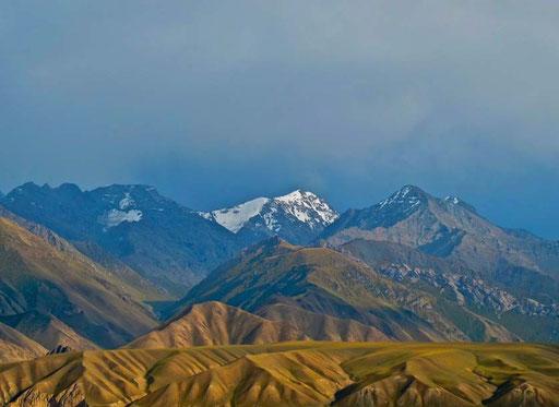 die schneedeckten Gipfel des Tia-Shan Gebirges kamen ins Blickfeld