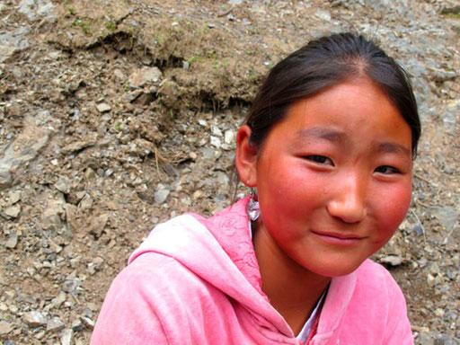 ein Mongolen-Mädchen mit ihrer Familie unterwegs  in der Geierschlucht
