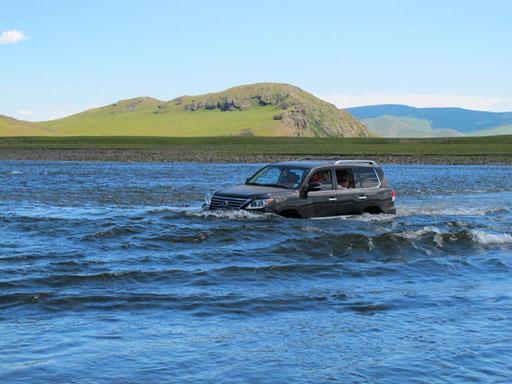 nur ein Toyota-Lexus fand die Fahrt durch starke Strömung easy und toll