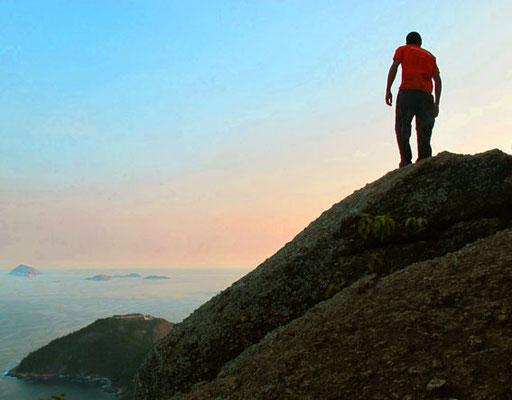 Petro an einem  300 m steil abfallenden Fels-Vorsprung