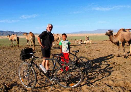wir starteten bei den Kamelen - über die feste Steppe - in Richtung der Gobi Dünen
