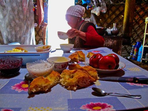 Brot und herrliche Äpfel - dazu Tee mit Blaubeeren