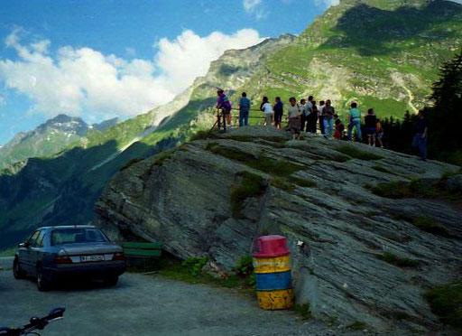 viele Zuschauer  beobachteten den Kurven-Slalom auf den letzten Serpentinen