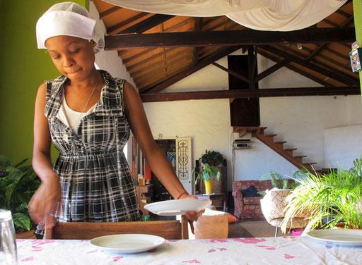Larol beim Herrichten des Frühstücks - sie machte alles genau und sehr liebevoll