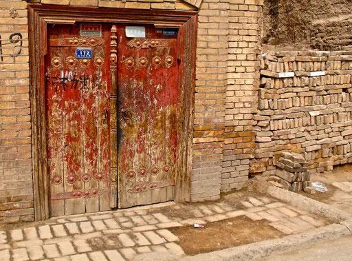 die alte Tür von einem alten historischen Haus