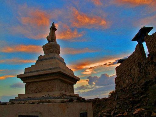 die Stupa des wiederaufgebauten Klosters