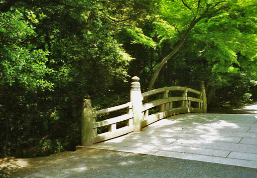 herrliche Brücke über den kleinen Bach im Park