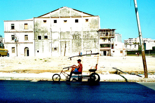 Taxi-Rad vor Ruine
