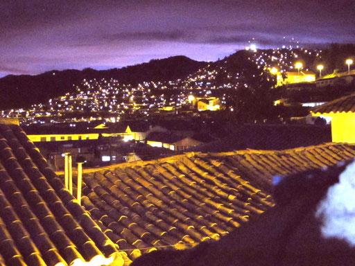 der nächtliche Ausblick auf Cusco von meinem Hostal aus