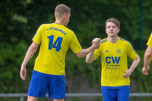Der Torschütze zum späteren 0:3, Christian Weiß, gratuliert Philipp Zilles zum 0:1 (Foto: 1. FC Solingen Media Team)