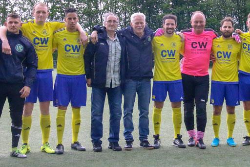 Ex-Profi Vojin Jovanovic (Vierter von links) neben Willi Hök zwischen den Spielern des 1. FC Solingen (Foto: 1. FC Solingen Media Team)