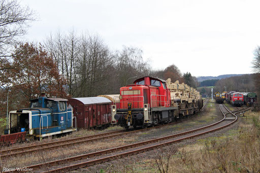 Zurück drücken Richtung Werk, links zu erkennen die im Oktober 2008 von der DB ausgemusterte 364 890 und rechts 217 017 der Pfalzbahn und andere diverse Loks.