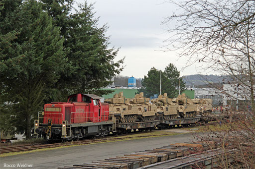 Nochmal ein Blick ins Werk, die letzten fünf Panzer werden entladen und der Leerwagenzug wird zusammengestellt.