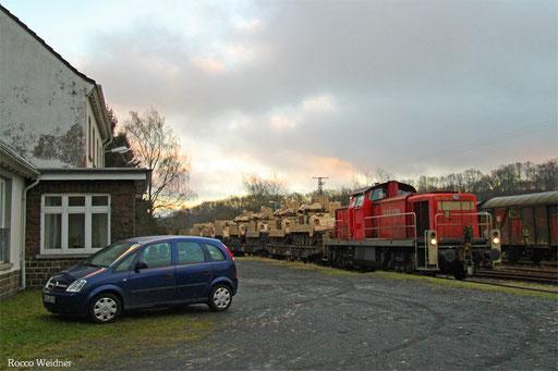 Nach Umsetzen der Lok begannen die umfangreichen Rangierarbeiten, rechts das ehemalige Bahnhofsgebäude von Schwarzerden.