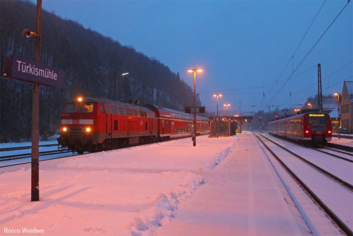 218 425 mit RB 13589 Türkismühle -  Mainz Hbf, 11.02.2013