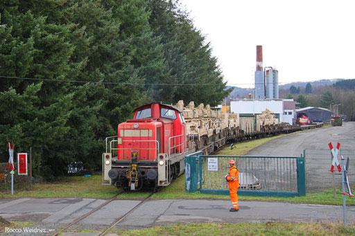 Wegen der sehr begrenzten Gleisanlagen war ein aufwendiges Rangieren der Leerwagen nötig, und noch einige Rangierszenen ...