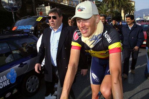 Trofeo Laigueglia 2001, Axel Merckx 5° al traguardo viene complimentato dal padre Eddy. Foto courtesy: Lars Rombog.