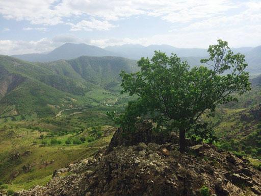 Felsvorsprung am Fuß des Bergs Düzgün Baba, auf welchem der Epilog des Romans spielt. Foto: R. Schuberth