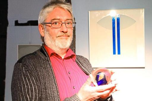 Bernd Schlierkamp stellt im Freckenhorster Bürgerhaus Malerei, vor allem  aber Bilder und Skulpturen aus Glas aus. Foto: Trautner