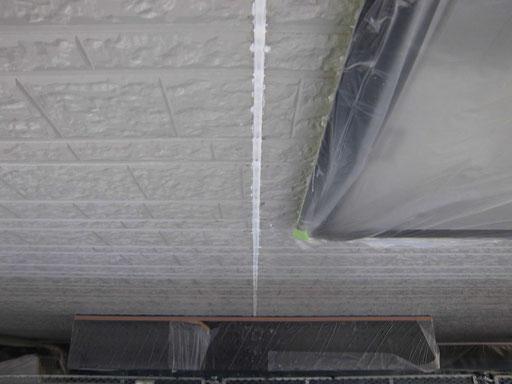 密着性を高めるプライマーを塗布した後、新規シーリング材を充填します。