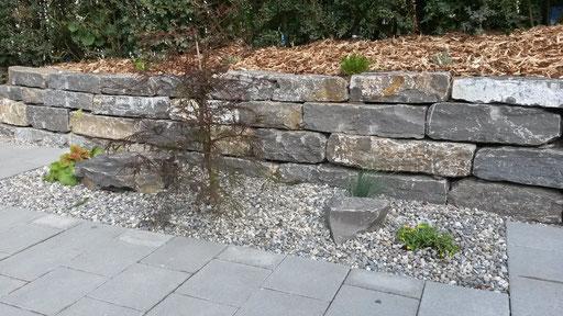 Natursteinmauer mit Steingarten