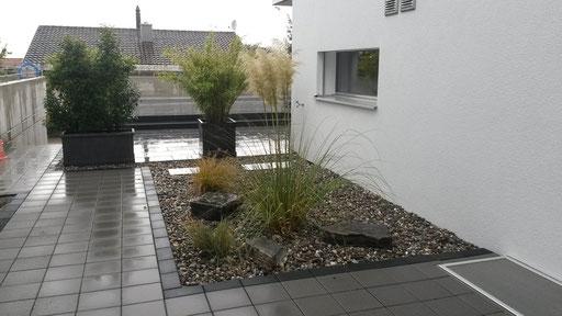 Hauszugang mit Steingarten