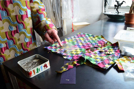 Choosing what kind of buttons could go with fabric. photo: Nicole Ponesch ©