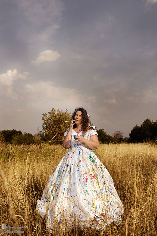 Trash the Dress - Die Braut voller Farbe und mit Pinsel in der Hand