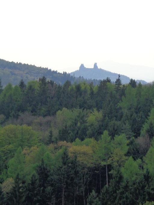 ... da hinten sieht man Burg Trosky